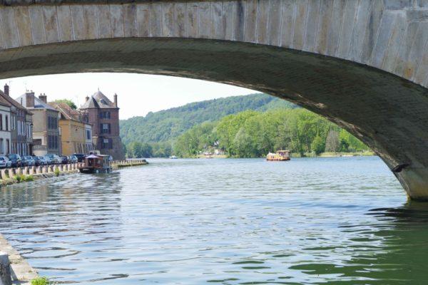 Le pont Saint-Nicolas et les bords de l'Yonne à Villeneuve-sur-Yonne